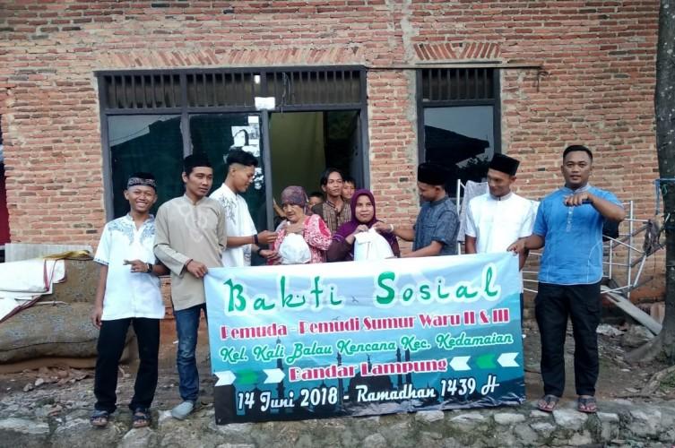 Sambut Lebaran, Pemuda-pemudi Sumur Waru Bagikan Paket Sembako
