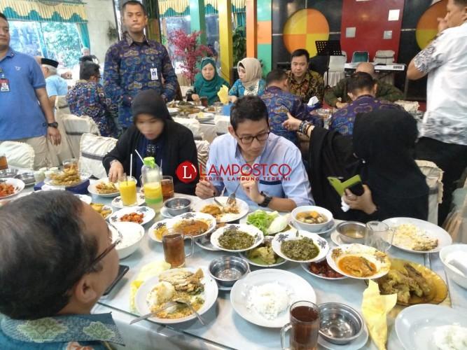 Sandiaga Uno Makan Siang Bareng Relawan di RM Begadang V
