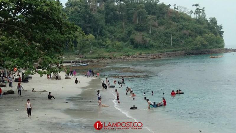 Satu Hari Jelang Puasa, Pantai di Lamsel Dipadati Pengunjung