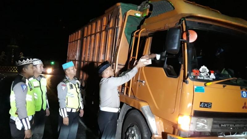 Saur On The Road, Polres Pesawaran Bagikan Makanan ke Pengguna Jalan