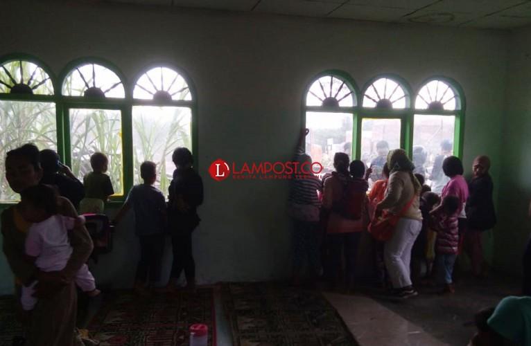 Sejumlah Anak dan Perempuan Bertahan di Musala