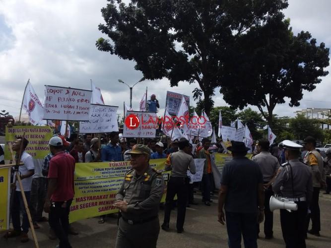 Sejumlah Massa Desak Usut Tuntas Dugaan Penyelewengan Dana Bansos Lamtim 2018