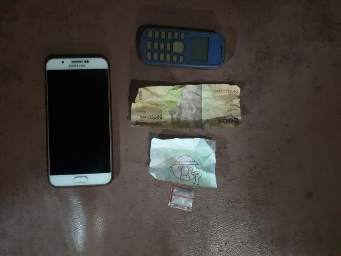 Sembunyikan Sabu di Lipatan Uang Pecahan Rp5.000, Dua Pelaku Diringkus Polisi