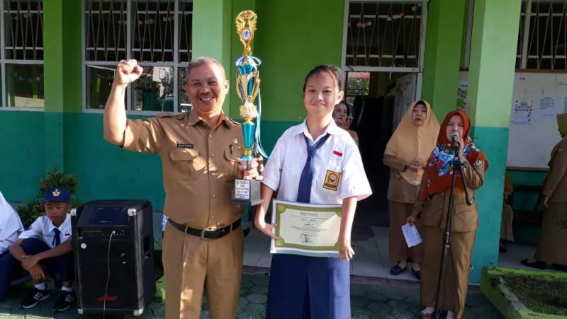 SMPN 33 Bandar Lampung Bagikan Beasiswa Pendidikan Kepada Siswa Berprestasi
