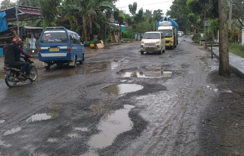 Sopir Angkot Kotabumi Keluhkan Jalan Lintas Tengah Sumatera Rusak dan Berlubang