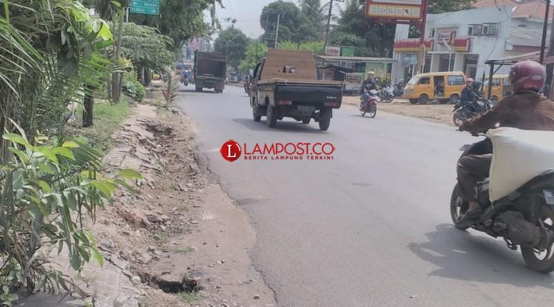 Sudah Setahun Rusak, Sejumlah Trotoar Rusak di Kotabumi Dibiarkan