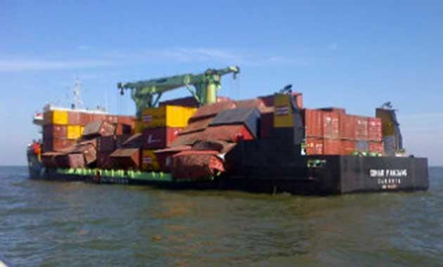 Banjarmasin (lost.co): puluhan kontainer jatuh ke sungai barito dan