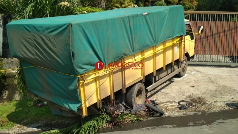 Tak Kuat Nanjak, Truk Tabrak 2 Mobil dan 1 Motor, 1 Tewas di Lokasi