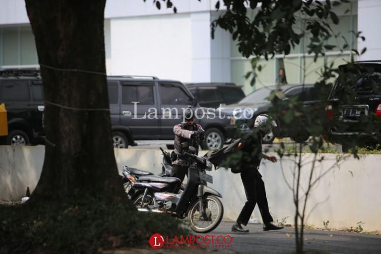 Terobos Barikade Polisi, Karyawan Transmart Diamankan