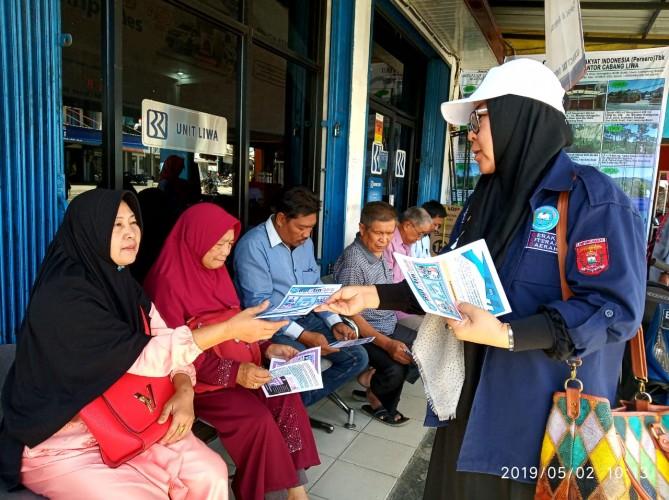 Tim GLD Lambar Bagikan Buletin Literasi
