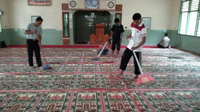 Tim Peduli Rumah Ibadah Gotong Royong di Masjid Nurul Karim PTPN7