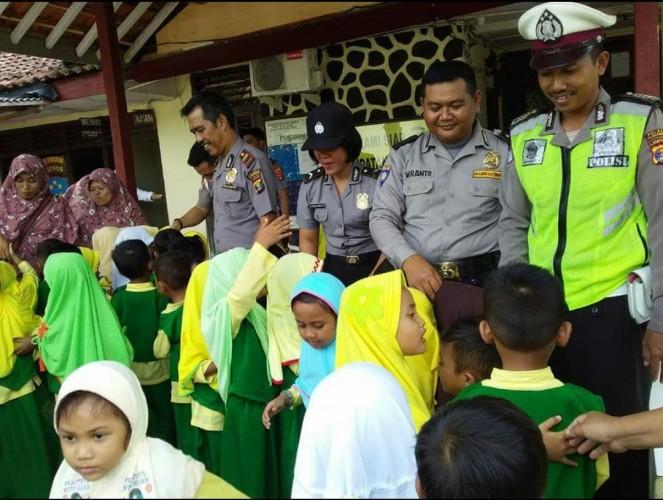 TK ABA Mulya Kenalkan Siswa dengan Profesi Polisi dan Damkar