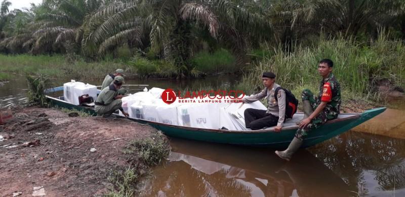 TNI-Polri Mesuji Kawal Kotak Suara di Atas Perahu