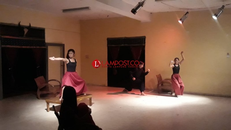 UKMBS Unila Tontonkan Pertunjukkan Voice of Bedana