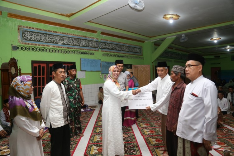 Wabup Erlina Safari Ramadan ke Masjid Nurul Iman Way Krui