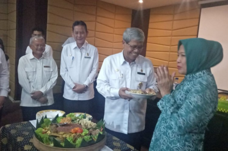 Wabup Loekman Lantik Elly Sebagai Ketua Forum KWT