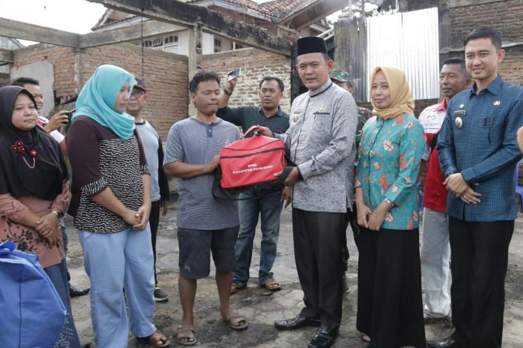 Wabup Pringsewu Serahkan Bantuan Korban Kebakaran