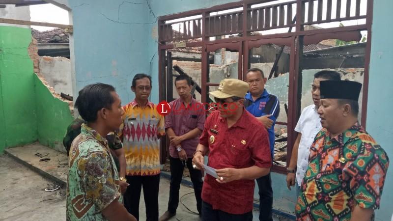 Wakil Bupati Loekman Bantu Korban Kebakaran di Bandarjaya