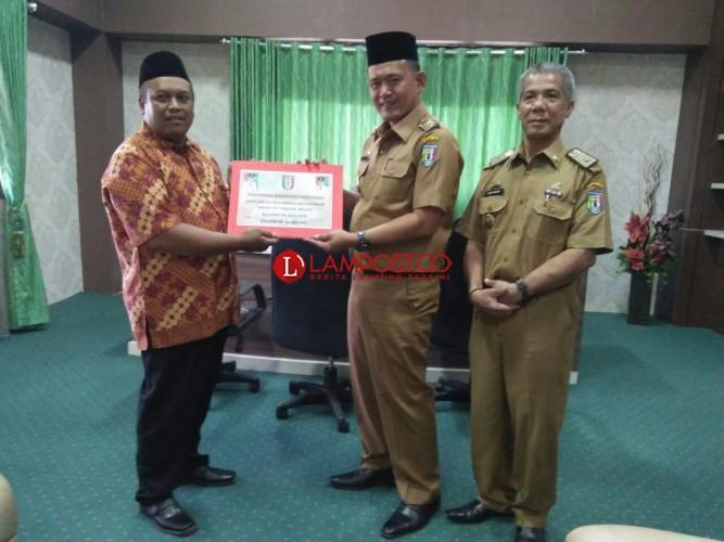 Wakil Bupati Pringsewu Serahkan Dana Hibah