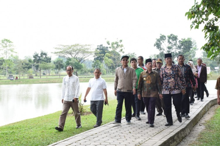 Wali Kota Tebar 25 Ribu Benih Ikan Nila di Kolam UIN Lampung