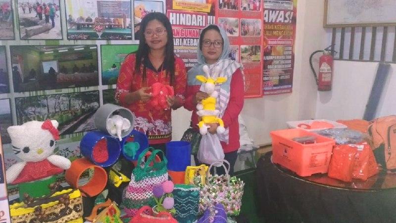 Warga Bandar Jaya Manfaatkan LimbahPlastik Jadi Kerajinan Tangan