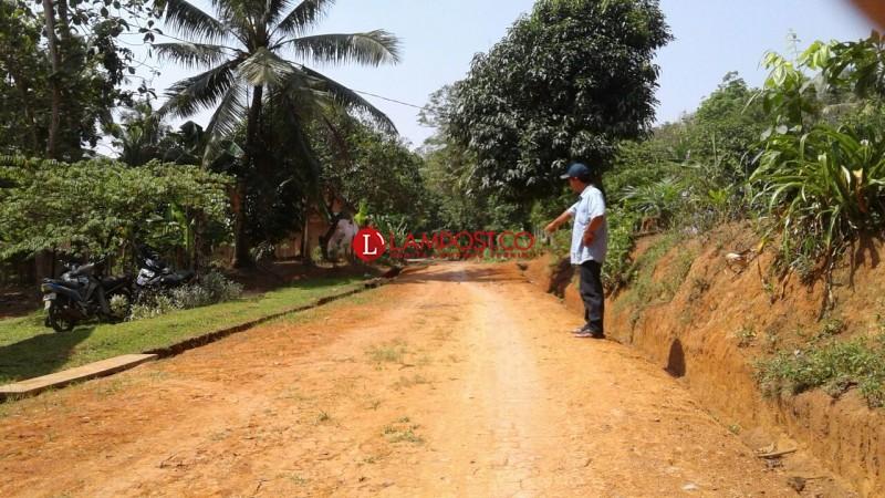 Warga Kemalo Abung Perbaiki Jalan dengan DanaDesa