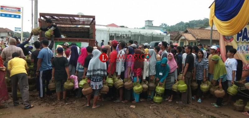 Warga Rajabasa Serbu Tabung Gas Elpiji di Pasar Murah