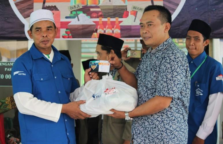 Warga Subing Karya Serbu Sembako Murah PT Astra