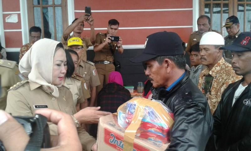 Winarti Serahkan Bantuan untuk Korban Puting Beliung di Denteteladas