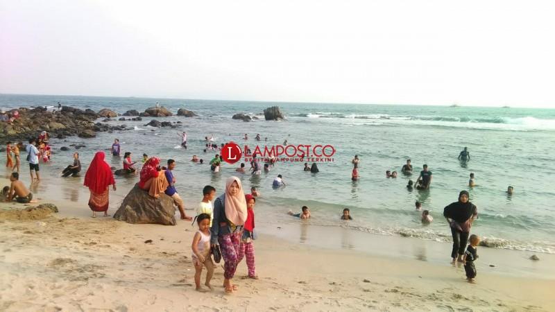Wisata Pantai Batu Rame Dipadati Warga Berlibur