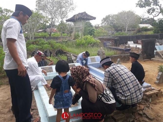 Ziarah Makam Jadi Tradisi Warga Dalam Menyongsong Bulan Ramadan